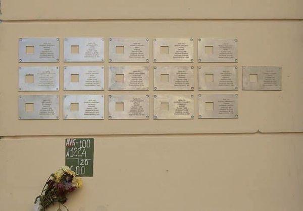 Демонтаж мемориальных табличек с дома Довлатова приобретает скандальный характер