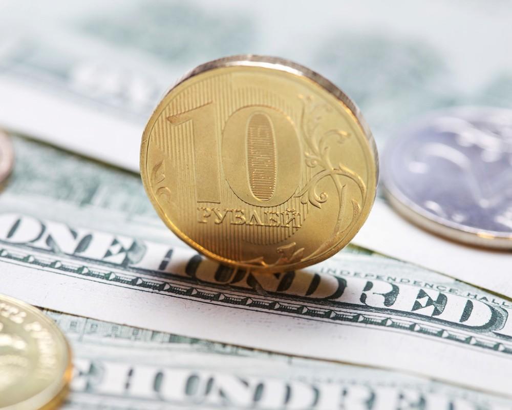 Жители России предпочитают хранить сбережения врублях— опрос